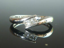 Stunning 18ct white gold and princess cut diamond half twist ring J55