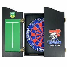 49656 NEWCASTLE KNIGHTS NRL BRISTLE DARTBOARD WOODEN CABINET + 2 SETS OF 3 DARTS