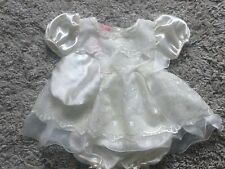 BABY GIRLS 3 PIECE SET CREAM SATIN FRILLY DRESS, PANTS & HAT SET age 0-3 3-6 6-9