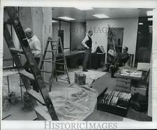 1976 Press Photo Journal Executive Richard Leonard Moving Out of Old Office