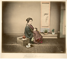 Japon, Woman with her baby  Vintage albumen print.  Tirage albuminé aquarellé