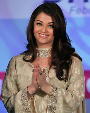 AISHWARYA RAI SMILING HANDS CLASPED PHOTO OR POSTER
